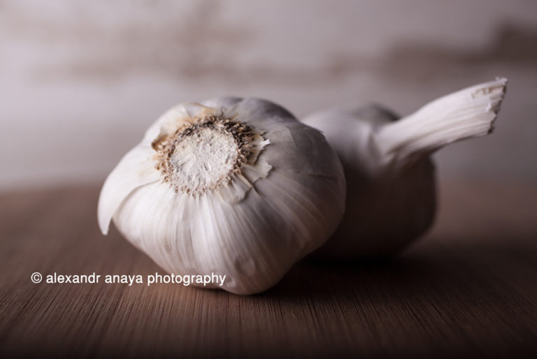 alexandr anaya photography garlic on table